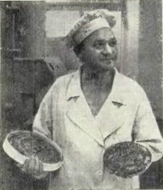 Пекарь Е. Лобанов показывает готовую продукцию - пряники «Семейный» и «С днем рождения»