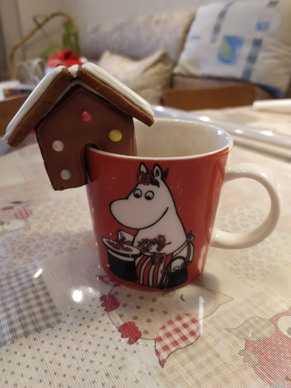 пряничный домик на чашке