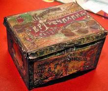 """На ярких коробках для монпансье и пряников тульские кондитеры гравировали название  своего торгового дома и адрес. Вот такой жестяной """"сундучок"""" придумал пряничник Гречихин."""